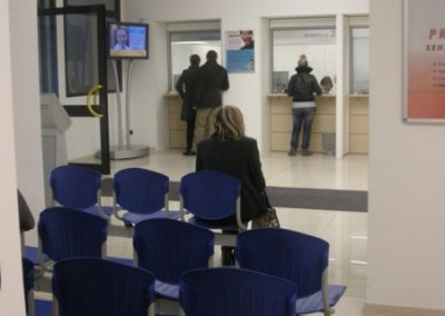 Sala d'attesa con numerosi posti a sedere